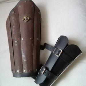 Eisenblech,rostig,0,8mm auf Leder mit 2 Scnallen. Länge 32cm